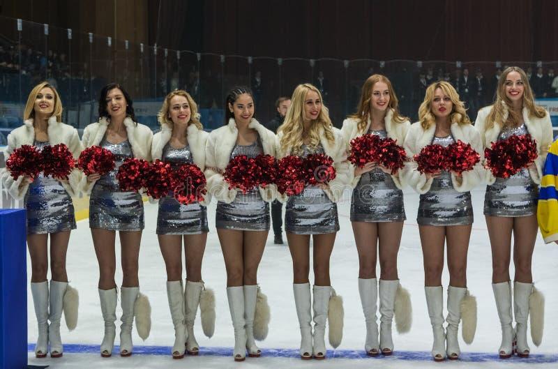 Mädchencheerleadern von den Team roten Füchsen für das Match Ukraine gegen Rumänien lizenzfreie stockfotos