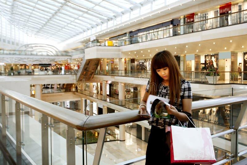 Mädcheneinkaufen stockfoto