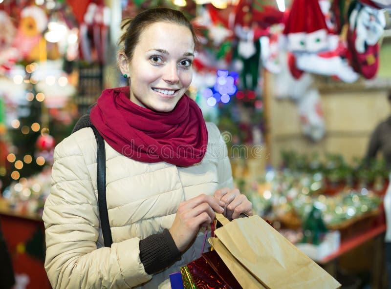 Mädcheneinkaufen an der festlichen Messe vor Weihnachten in der Abendzeit stockfoto