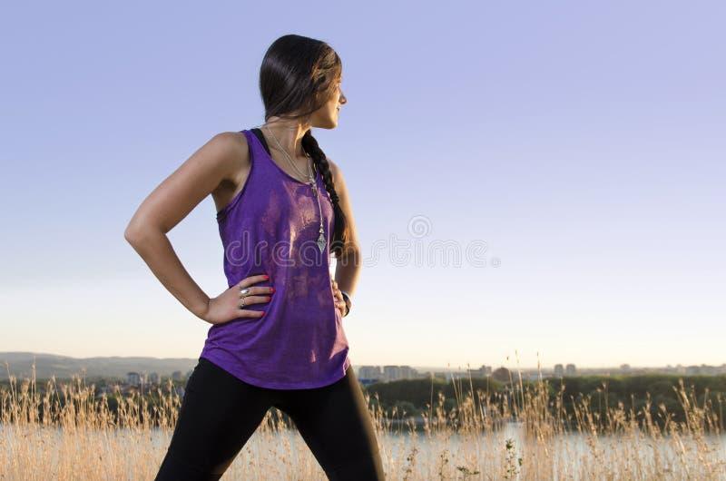 Mädchenenergie, die starke Frau, die in der Energie steht, werfen draußen auf stockfoto