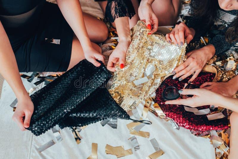 Mädchenentspannungszauberlebensstil-Pailletteausstattung stockfoto