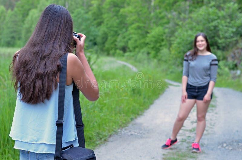 Mädchenfotografieren stockbild