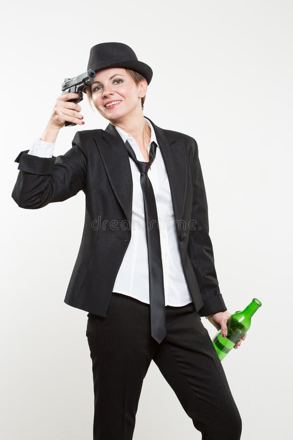 Mädchengangster, der ein Gewehr hält Klassischer Anzug und Hut stockfotografie