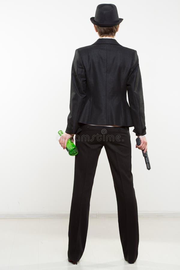 Mädchengangster, der ein Gewehr hält Klassischer Anzug und Hut stockfoto