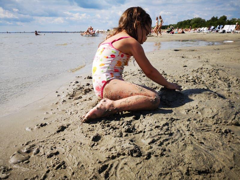 Mädchengebäudesandburg am Strand von Pärnu lizenzfreie stockbilder