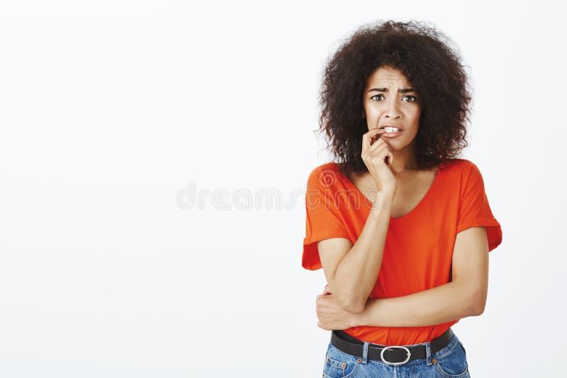 Mädchengefühl erschrocken und besorgt, schreckliche Nachrichten der Anhörung Porträt der entsetzten nervösen Afroamerikanerfrau m lizenzfreie stockfotografie