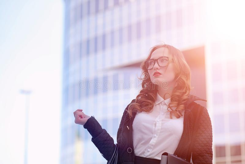 MädchenGeschäftsfrau im Frühjahr auf einem Weg in einem Mantel stockbild