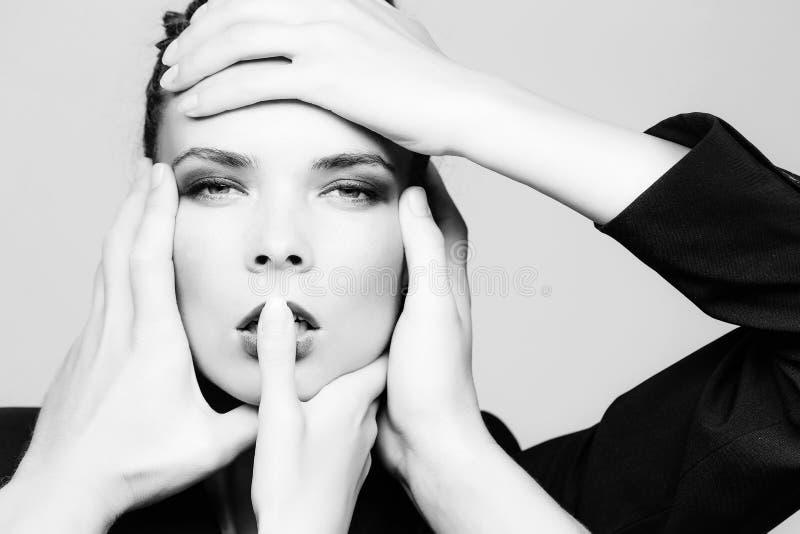 Mädchengesicht und -hände, die unterschiedlichen Schönheitssalonservice machen stockfotografie