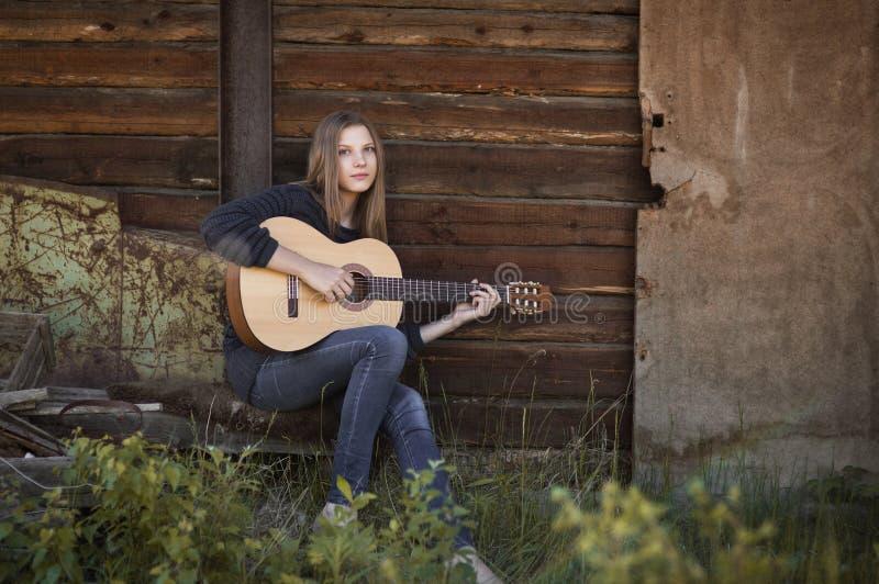 Mädchengitarrist lizenzfreie stockfotografie