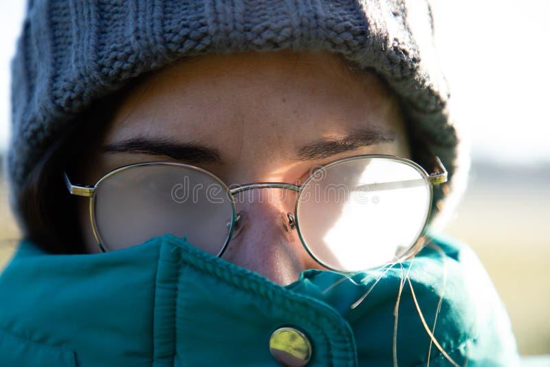 Mädchengläser schließen herauf eingenebeltes Porträt stockfotografie