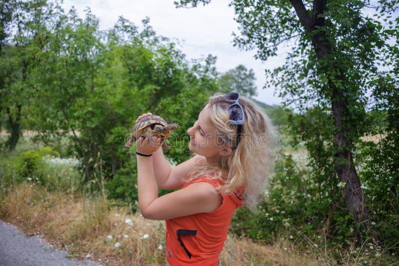 Mädchengriff die Schildkröte lizenzfreie stockbilder