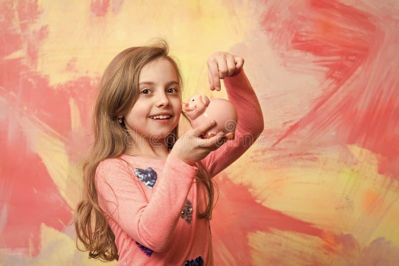 Mädchengriffmoneybox oder -Sparschwein für Spareinlagen stockfotografie