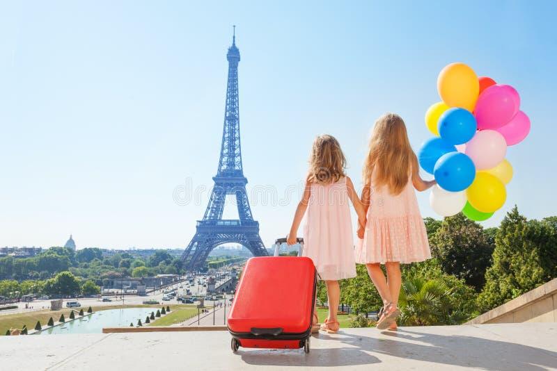 Mädchenhändchenhalten beim Gehen um Paris stockbild
