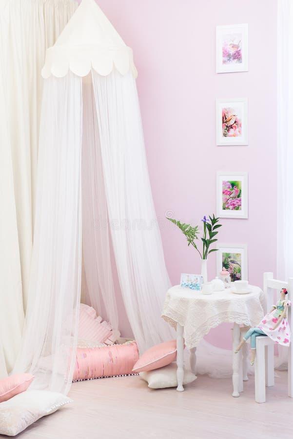 Mädchenhafter hellrosa Raum mit einer hellen Überdachung lizenzfreie stockfotografie