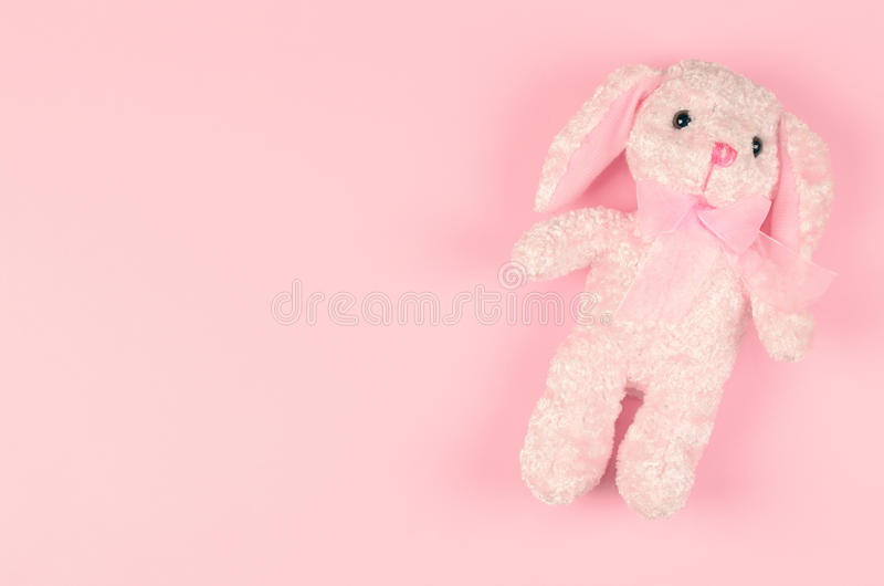 Mädchenhaftes weiches Spielzeug auf einem rosa leichten Hintergrund stockfotografie