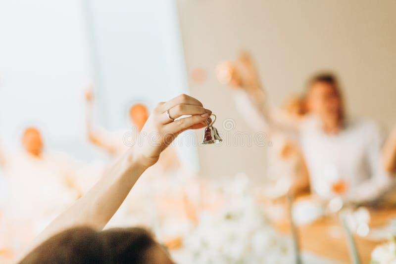 Mädchenhandglocken-Goldleute verwischen Wiederholung lizenzfreie stockfotos