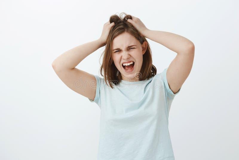 Mädchenhasse denken zu viel Displeased beunruhigte die umgekippte europäische Frau der Junge mit braunem kurzem Haarschnitt schre lizenzfreie stockfotografie