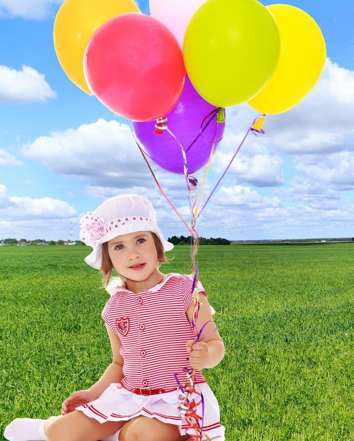 Mädchenholding Ballone lizenzfreies stockbild