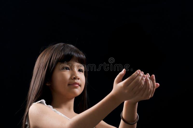 Mädchenholding etwas stockbilder