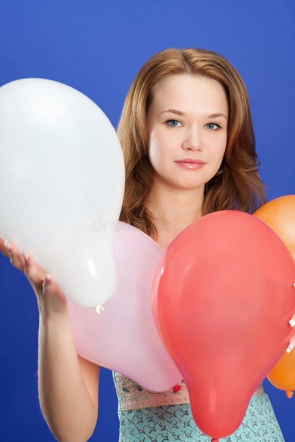 Download Mädchenholding-Farbenballone Stockfoto - Bild von schön, erwachsener: 9080274