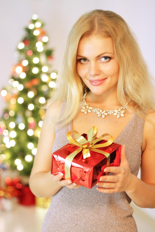 Mädchenholding-Geschenkkasten lizenzfreies stockbild