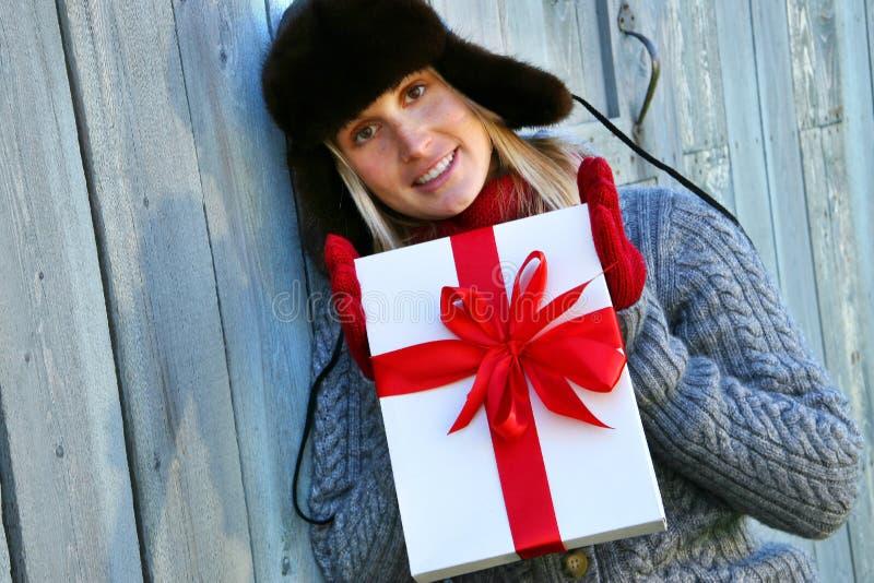 Mädchenholding Weihnachtsgeschenk stockfoto