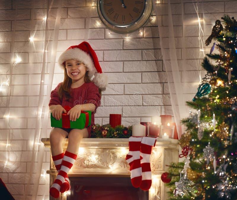 Mädchenholding Weihnachtsgeschenk lizenzfreie stockfotos