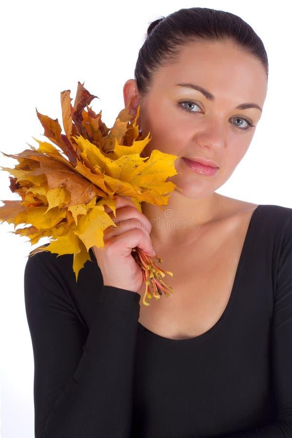 Mädchenholdingherbst-Orangen-Ahornblätter lizenzfreie stockfotos