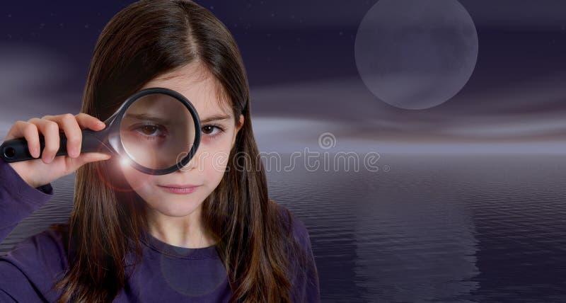 Mädchenholdingvergrößerungsglas auf Mondschein lizenzfreies stockfoto
