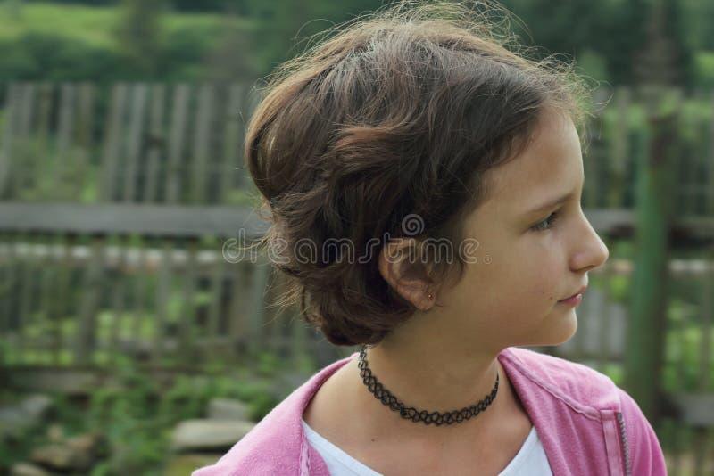 Mädchenjugendlicher im Halsband stockfotos
