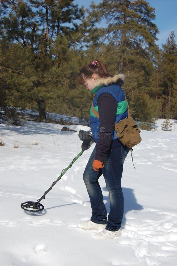 Mädchenjugendlicher mit Metalldetektor im Wald lizenzfreies stockbild