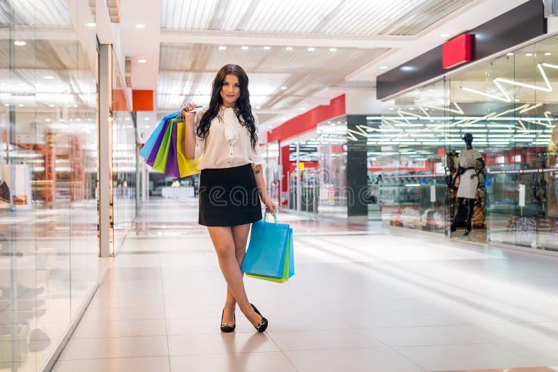 Mädchenkäufe im Mall mit Bankkarte stockfoto