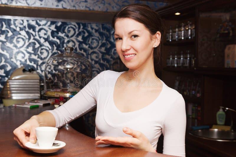 Mädchenkellnerin bietet Kaffee an lizenzfreies stockbild