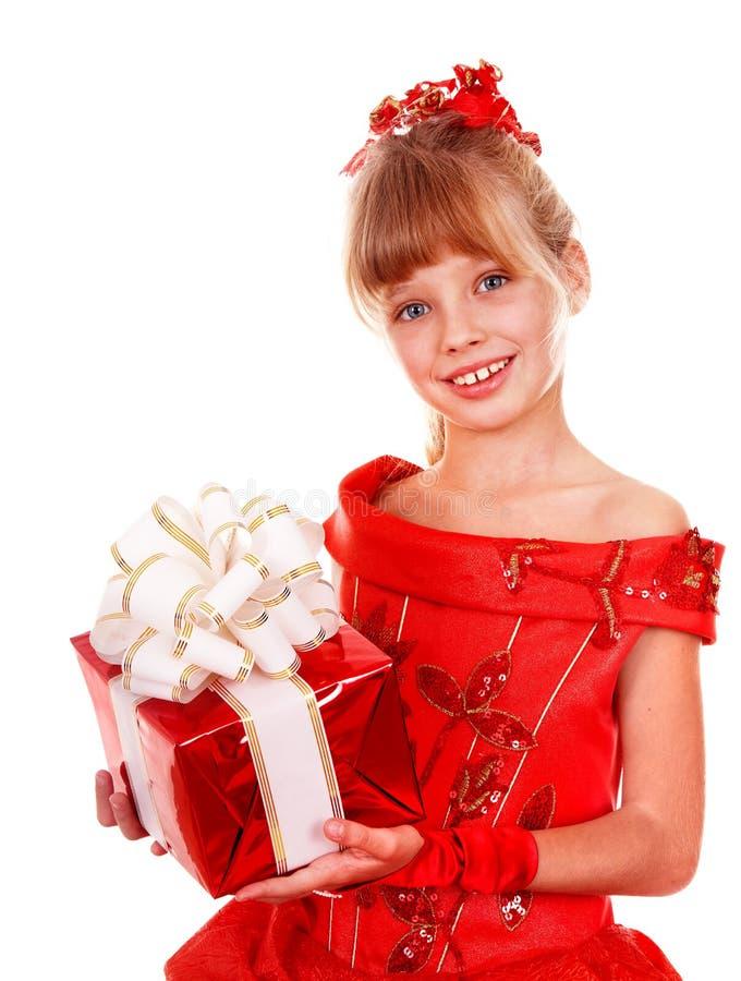 Mädchenkind im roten Kleid mit Geschenkkasten. lizenzfreie stockfotografie