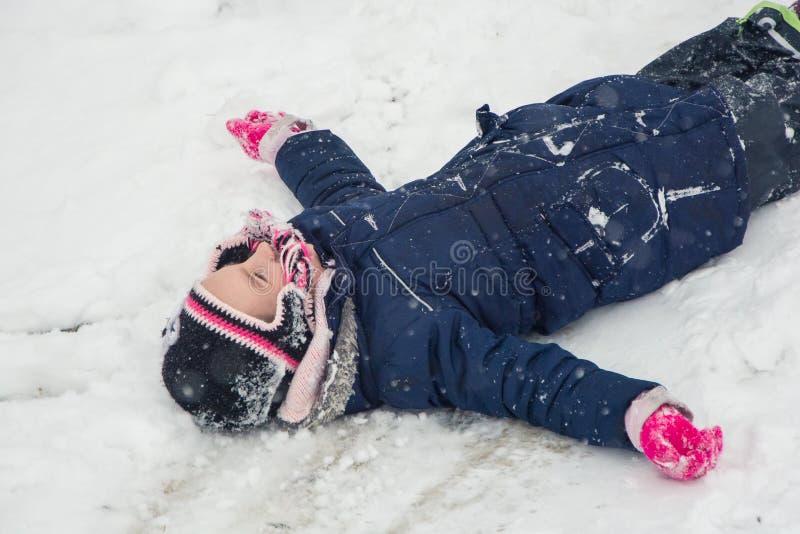 Mädchenkind im Schnee lizenzfreies stockbild