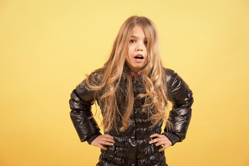Mädchenkind mit überraschten Gesicht und den Händen auf Hüfte lizenzfreie stockbilder