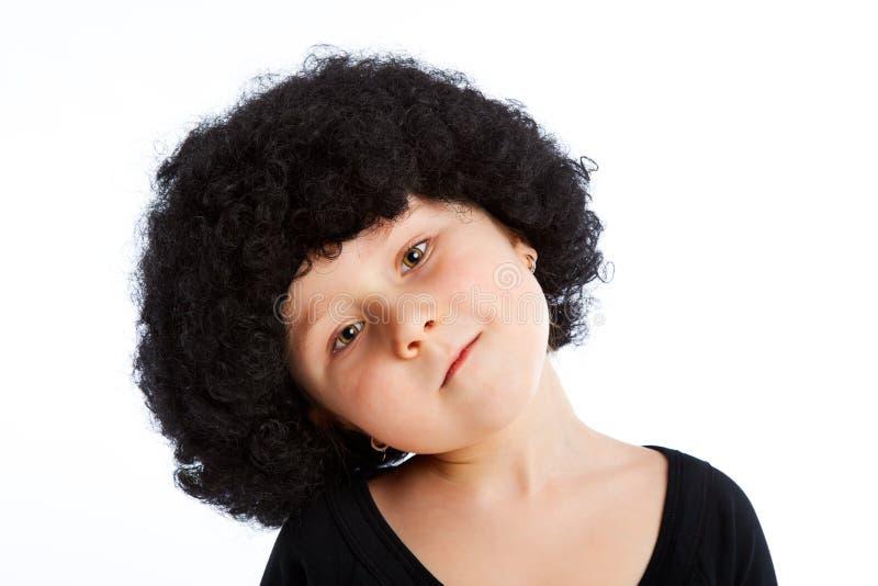 Mädchenkind mit Afroperücke. lizenzfreie stockbilder