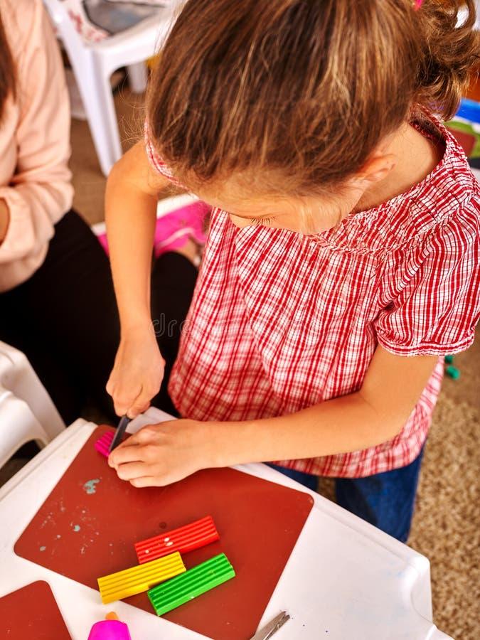 Mädchenkinderform vom Plasticine im Kindergarten lizenzfreies stockfoto