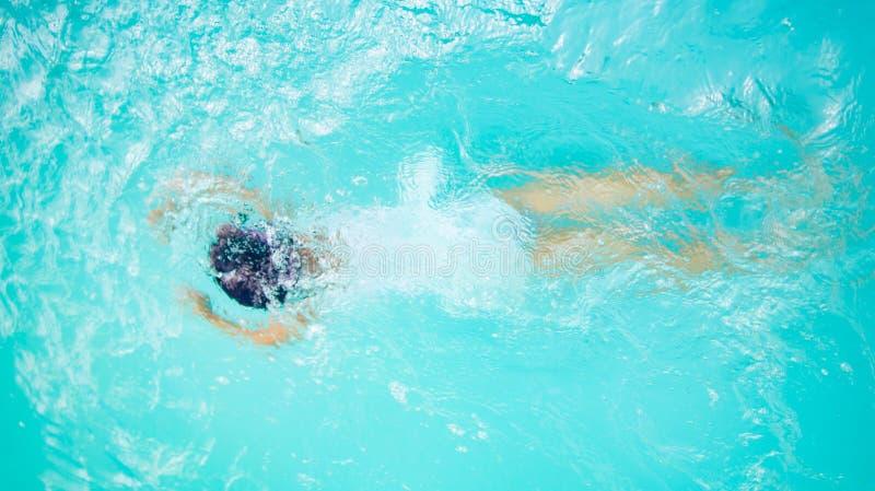 Mädchenkinderschwimmen und -tauchen auf Sommer stockfoto