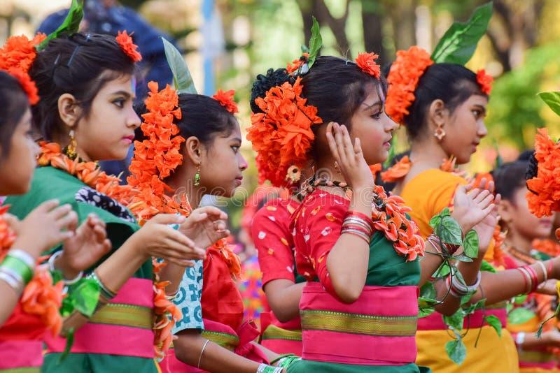Mädchenkindertänzer perforimg an Festival Holi (Frühling) in Kolkata lizenzfreies stockbild