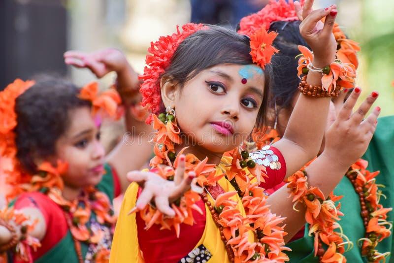 Mädchenkindertänzer perforimg an Festival Holi (Frühling) in Kolkata lizenzfreies stockfoto