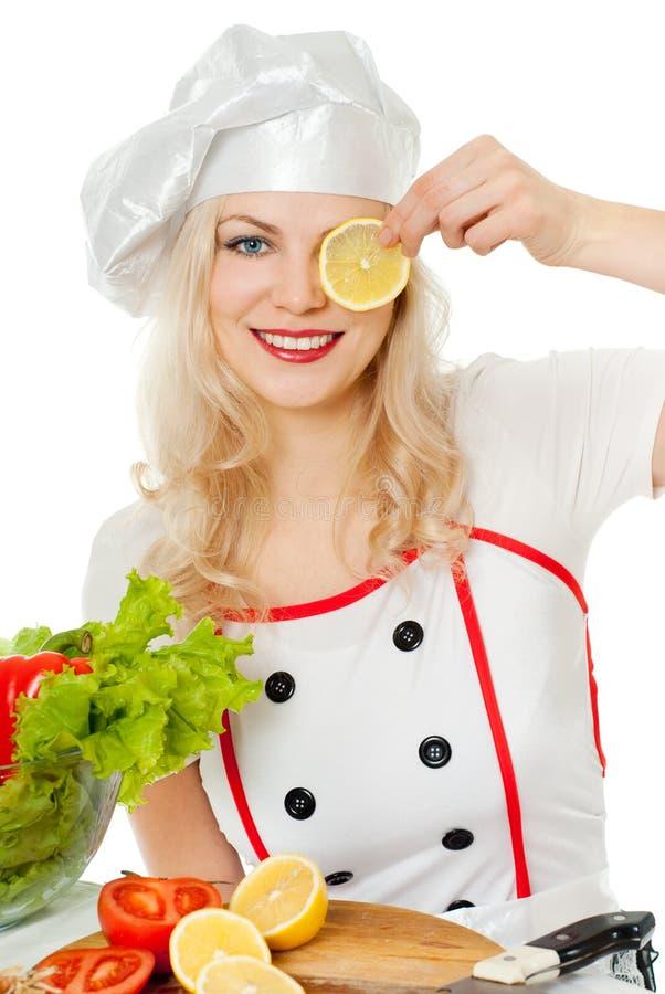 Mädchenkoch mit Zitrone stockbild