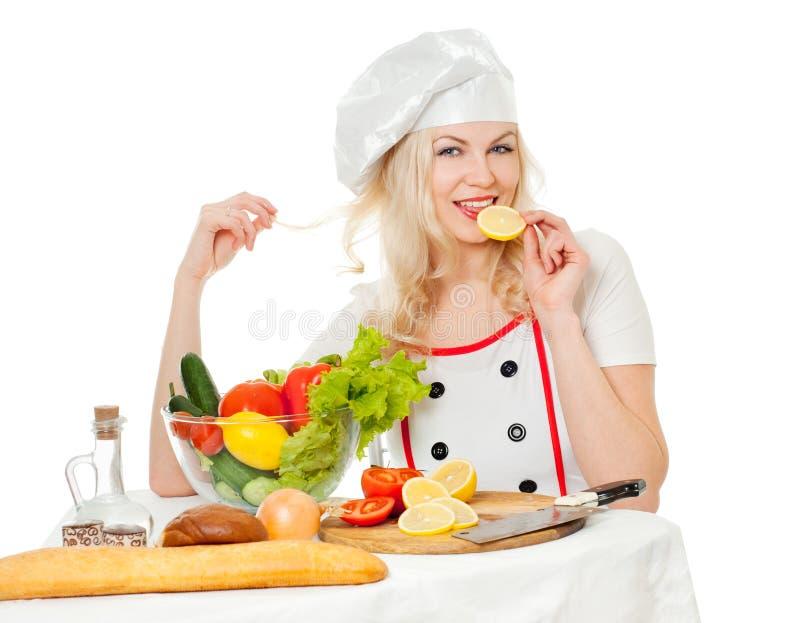 Mädchenkoch mit Zitrone lizenzfreies stockfoto