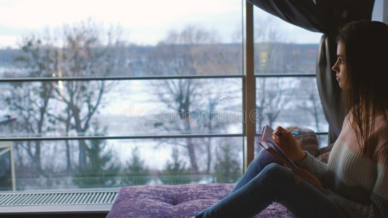 Mädchenkreativer Lebensstil des Hauptfreizeitschreibens-Tagebuchs stockfoto