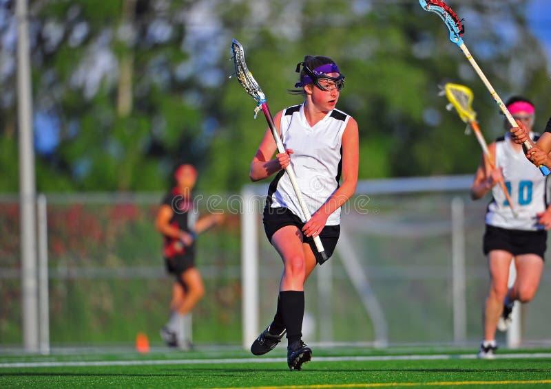MädchenLacrossespieler mit Kugel stockfotos