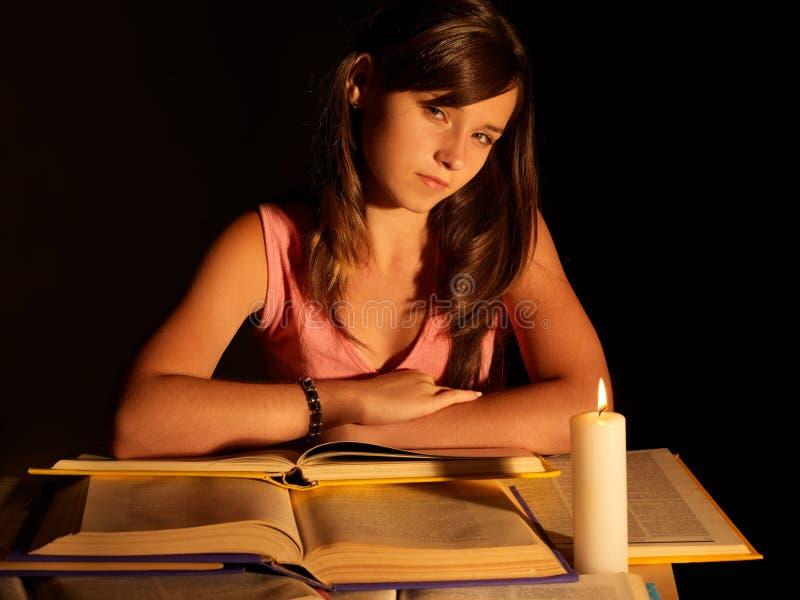 Mädchenlesebuch mit Kerze. lizenzfreie stockbilder