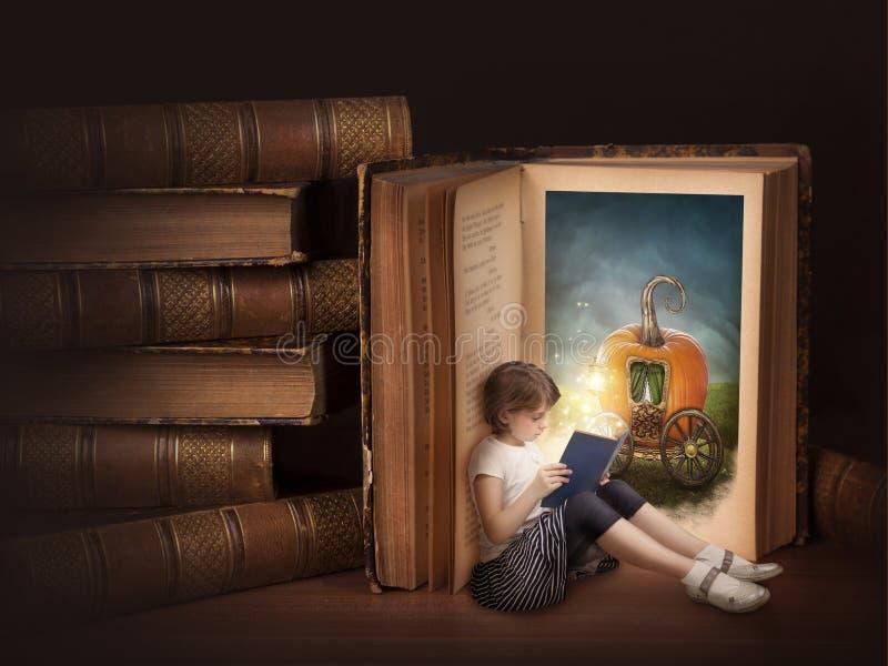 Mädchenlesung lizenzfreie stockbilder