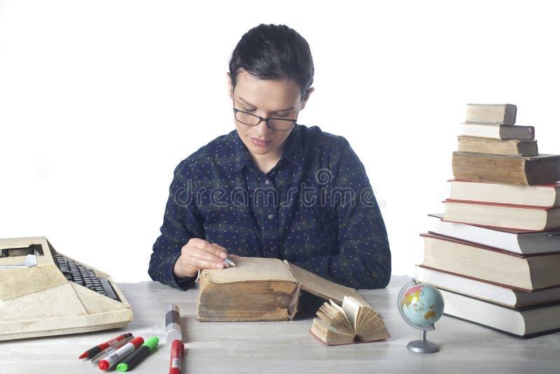 Mädchenlesung lizenzfreie stockfotografie
