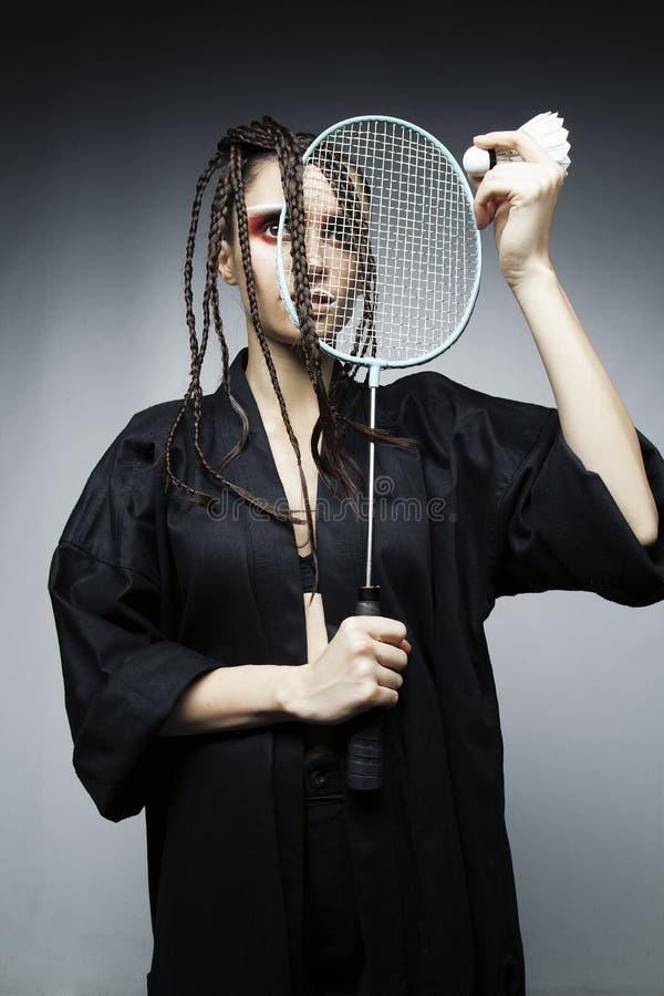 Mädchenmodell mit einem Schläger und einem Flounce lizenzfreie stockfotografie