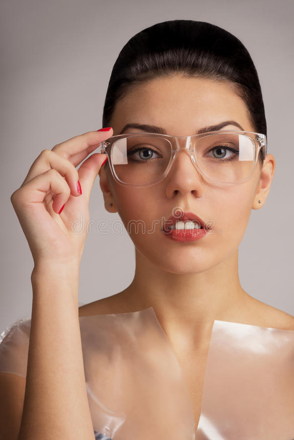 Mädchenmodell mit Gläsern stockbild